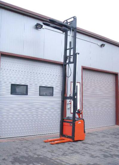 Мачта электрического штабелера Linde L16 выдвинута на максимальную высоту