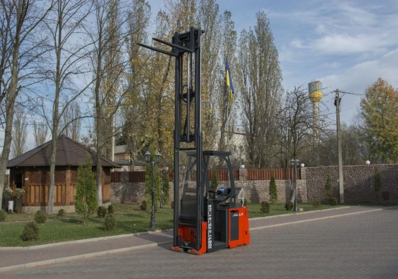 Мачта электрического штабелера Linde L16 AP выдвинута на максимальную высоту