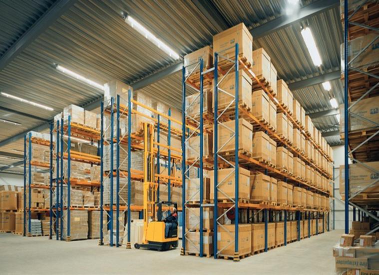 Фронтальные стеллажи на складе
