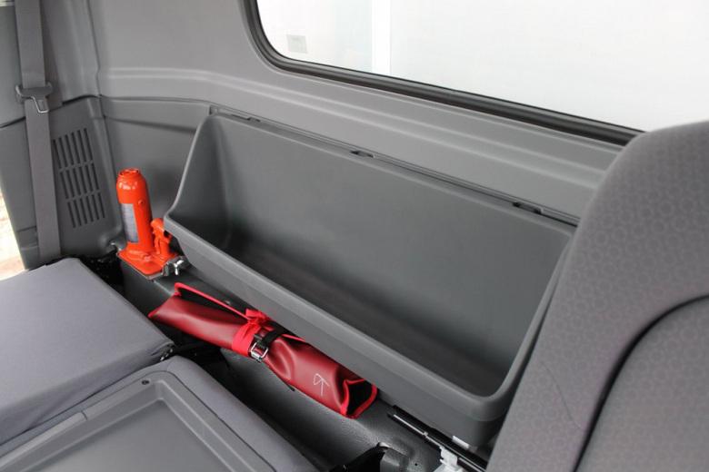Ниша за пассажирскими сиденьями