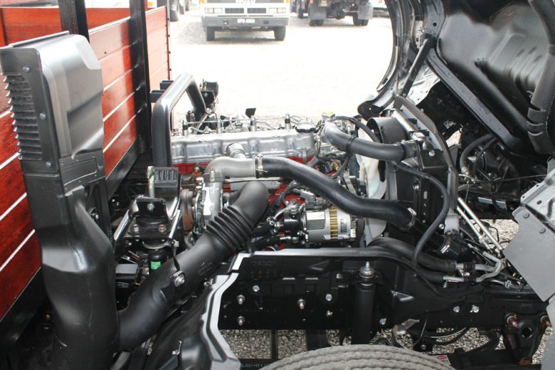 Двигатель Hino 300 под кабиной